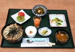 【酵素玄米の玉子とじ丼】1,080円。たっぷりのきのこを玉子でとじたシンプルなどんぶりのセットです。