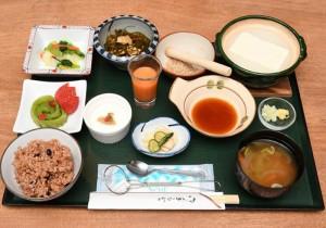 【酵素玄米 源泉湯豆腐ご膳】1,080円。源泉でじっくり煮込まれたお豆腐のなめらかな口あたりをぜひ一度お試しください。