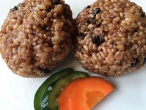 【酵素玄米おにぎり】2個300円。特殊な圧力釜で炊き、数日保温することで酵素が増え、消化しやすい玄米となっています。